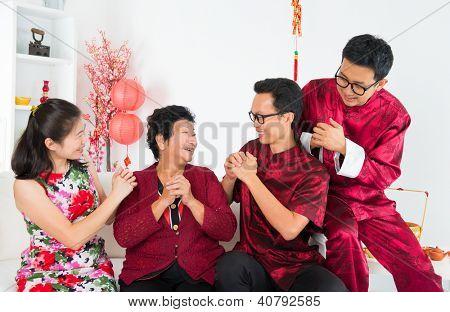 Frohes chinesisches neues Jahr. Glücklich asiatischen Familientreffen zu Hause.