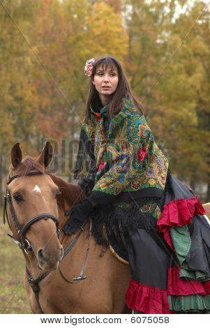 Urgemütliches junge Mädchen auf dem Pferd