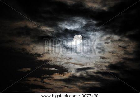 Lua cheia entre nuvens