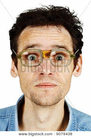 Amüsante zerzauste Mann In alten lächerlichen Brillen