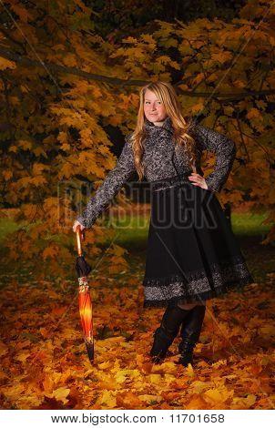 Schönes Mädchen im Herbst Wald