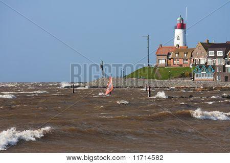 Sailboarding cerca de la costa holandesa