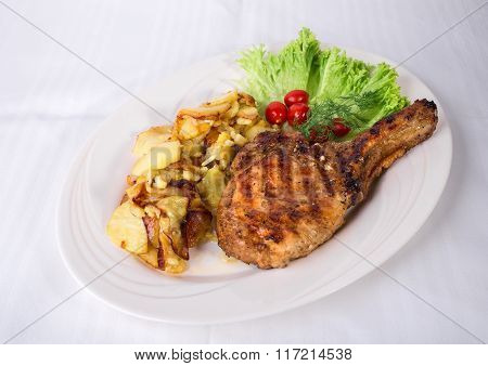 Grilled pork cutlet with potatoes.