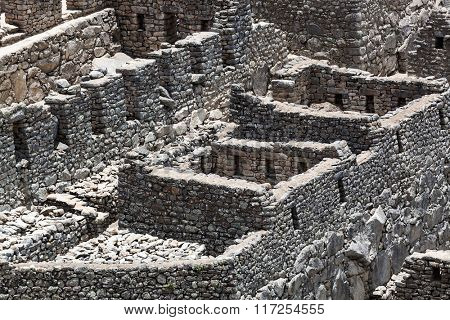 old walls and houses to Machu Picchu