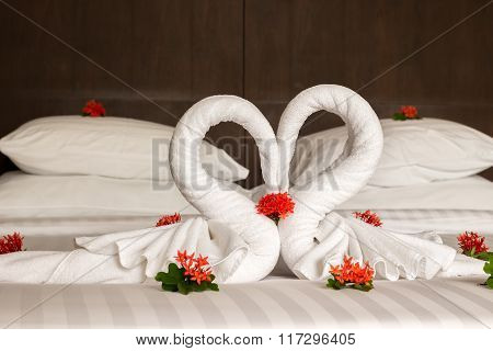 Bedroom design with swans from the towel decoration on bed