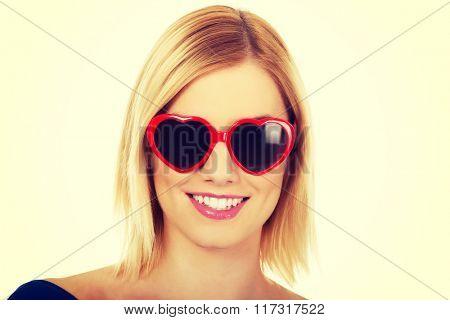 Casual woman in sunglasses.