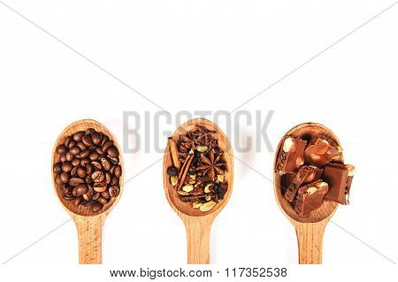 Wooden spoons with dessert spices