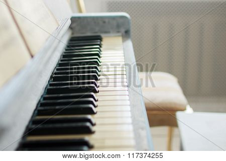 the music notes on the piano