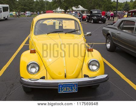 1976 Vw Yellow Bug / Beetle Car Front View
