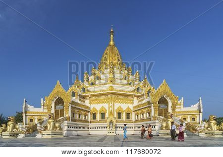 Yangon, Myanmar - December 20 : Unidentified People Walking Around Swe Taw Myat, Buddha Tooth Relic