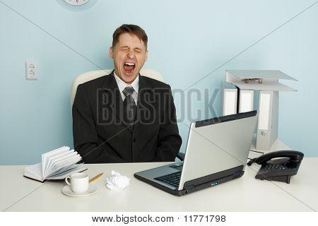 Empresario bostezar de aburrimiento y ocio