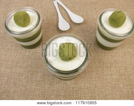 Smoothfood - Jelled green smoothie with matcha and yogurt as layered dessert