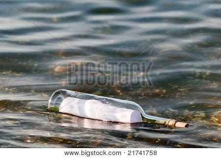 Mensagem em uma garrafa de água