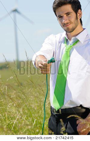 Groene energie zakenman In veld Hold Plug