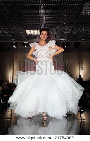 MOSCOW - FEBRUARY 14: Model wear wedding dress walks catwalk at evening of French fashion in jewelry salon Estet, on February 14, 2011 in Moscow, Russia. Jewelry House Estet was founded in 1991.