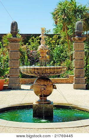 jardín de Castillo de arundel de fuente de agua