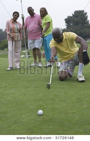 Senior hombre diseñar estrategia Golf