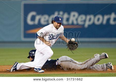 LOS ANGELES - 16 de maio: Milwaukee Brewers CF Carlos Gomez #27 rouba segundo passado Los Angeles Dodgers 2