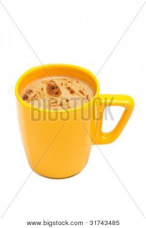 Gelbe Tasse von Kaffee auf weißem Hintergrund
