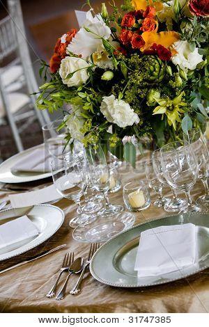 Informationen von einer Hochzeit. Tabelle für Gastronomie mit einem schönen Blumenstrauß