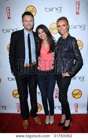 LOS ANGELES - MAR 26:  Joel McHale, Victoria Justice, Giuliana Rancic arrives at  the