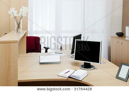 Monitor en un escritorio en una oficina moderna