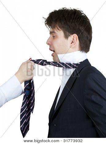 empresário gritando enquanto uma menina puxando sua gravata