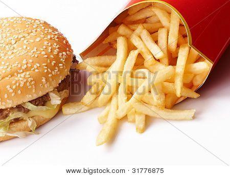 Burger und Pommes im Karton schnell ungesunde Lebensmittel auf weißem Hintergrund