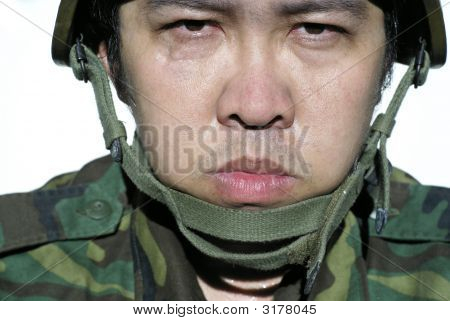 Grim asiatischen Soldat mit Helm