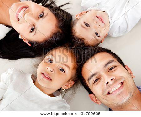 schöne Familienfotos auf dem Boden liegend mit Köpfe zusammen
