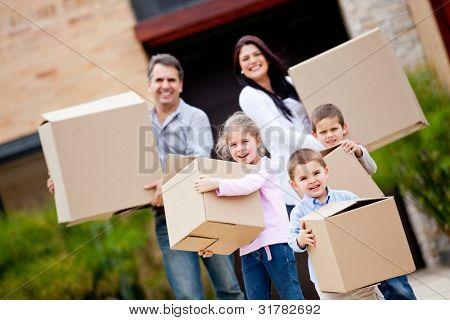 Família feliz, mudança de casa e carregando caixas