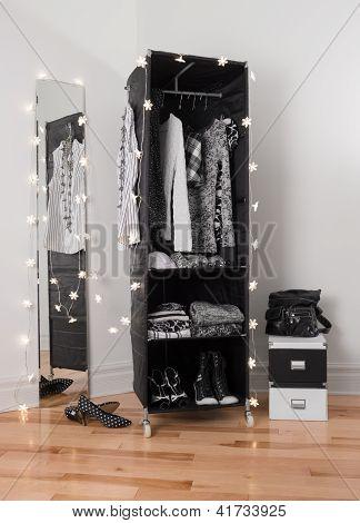 Kleidung-Veranstalter und Spiegel mit Lichtern geschmückt