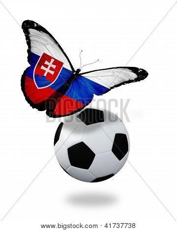 Concepto - mariposa con bandera Eslovaca cerca de la bola, como la selección de fútbol de jugar