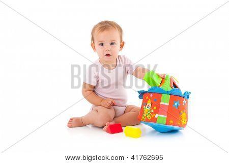 Schöne Mädchen spielt mit Spielzeug, sitzen auf Boden.