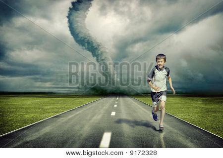 Tornado und laufenden boy