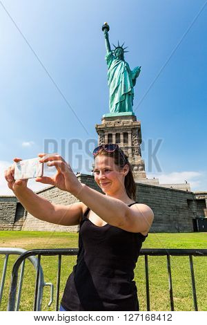 Model Jana Making A Selfie In Front Of The Statue Of Liberty