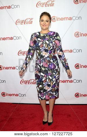 LAS VEGAS - APR 14:  Annie Mumolo at the CinemaCon Awards Gala at the Caesars Palace on April 14, 2016 in Las Vegas, CA