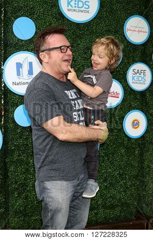 LOS ANGELES - APR 24:  Tom Arnold, Jax Copeland Arnold at the Safe Kids Day at the Smashbox Studios on April 24, 2016 in Culver City, CA