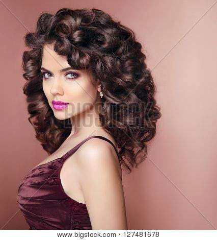 Curly Hairstyle. Beautiful Smiling Woman With Makeup And Healthy Wavy Hair Style. Beauty Fashion Por