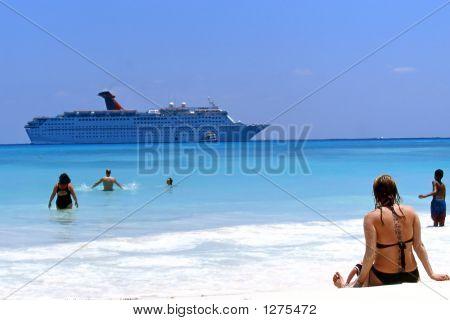 Strand und Kreuzfahrt-Schiff