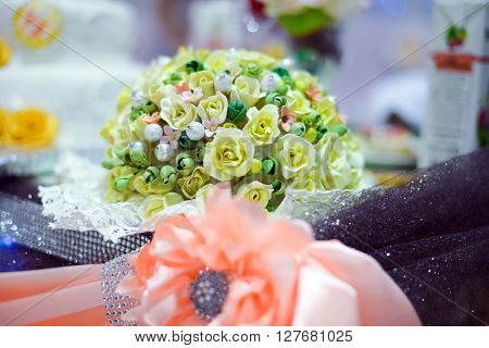 wedding table decoration with pink ribbons and flowers