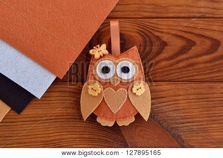 Felt brown owl. Shabby chic style. Kids crafts. Felt sheets. Brown wooden table