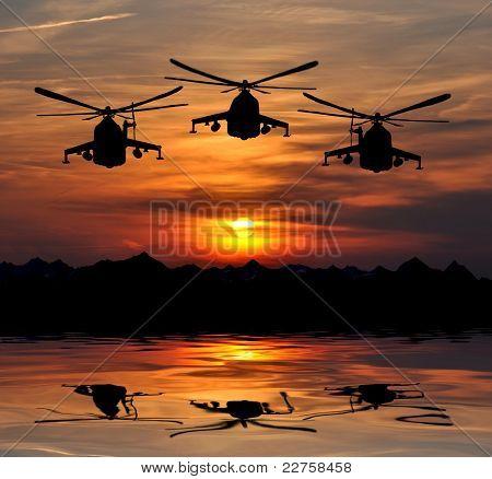 militante Hubschrauber mi 24 Silhouette im Sonnenaufgang