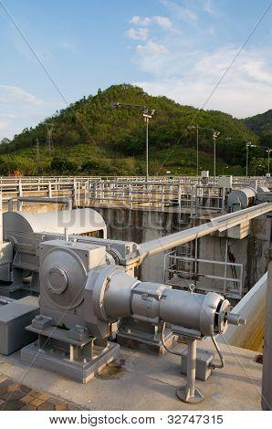 Mecanismo de la compuerta en el depósito de agua.