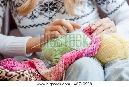 Wonam knittng with colorful yarn