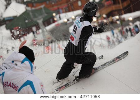 BUKOVEL, UKRAINE - 23. Februar: Madison Olsen, USA führt Geschwindigkeit Prüfung während Freestyle Ski Welt C