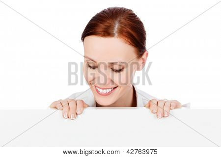 Glücklich lächelnd young Business-Frau mit eine leere Tafel, isolated on white Background.