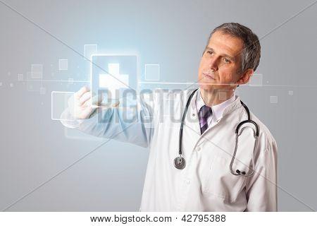 Meio médico envelhecido pressionando moderno tipo médico de botão