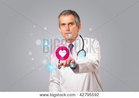 Meio envelhecido médico permanente e pressionando tipo médico moderno do botão