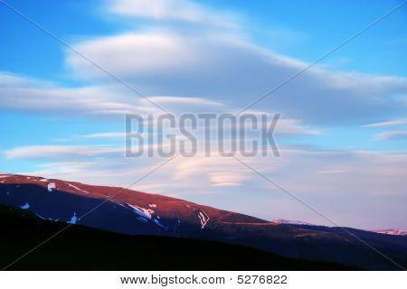 O céu azul com nuvens Stratus acima das pistas de marrons.